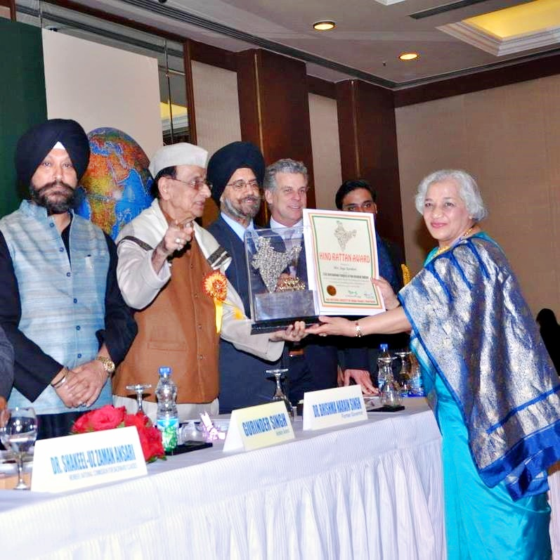 Photo of Jaya Kamlani receiving Hind Rattan (Jewel of India) Award in Delhi by Dr. Bhishma Narain Singh, India - January 25, 2016